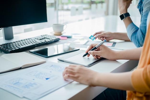 Creative web designer che pianifica l'applicazione e sviluppa il layout dei modelli, framework per telefoni cellulari. concetto di esperienza utente (ux).