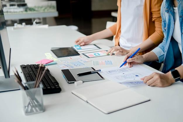 Creative web designer che pianifica l'applicazione e sviluppa il layout del modello, il framework per il telefono cellulare. concetto di esperienza utente (ux).