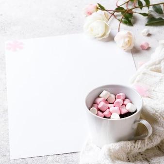 Composizione naturale invernale creativa con fiori