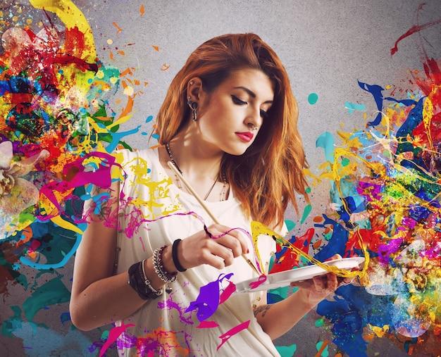 Pittore di donna creativa con pennello e tavolozza