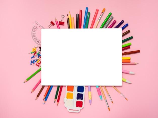 Area di lavoro creativa sul rosa