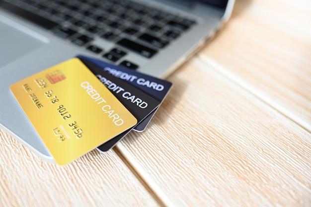 Carta di credito close up shot concetto di shopping online, copia dello spazio