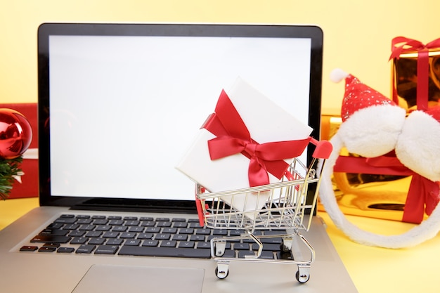 Carta di credito e laptop con regali di natale e scatole