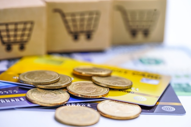 Modello di carta di credito e monete con scatola del carrello, sviluppo finanziario, contabilità, statistiche, ufficio per l'economia dei dati di ricerca analitica degli investimenti business company banking