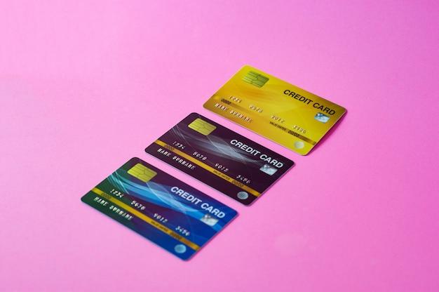 Carta di credito su sfondo rosa