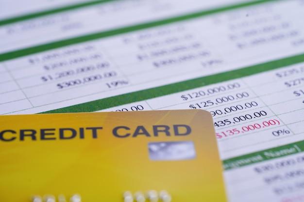 Carta di credito su foglio di calcolo, concetto di finanza aziendale.