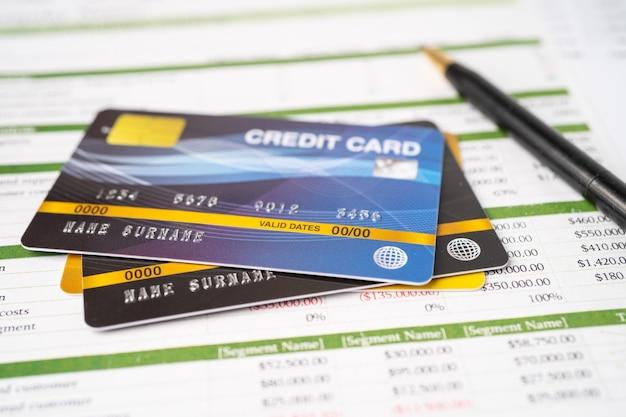 Carta di credito su foglio elettronico. sviluppo finanziario, conto bancario, statistiche, economia dei dati di ricerca analitica degli investimenti, negoziazione in borsa, concetto di società d'affari.