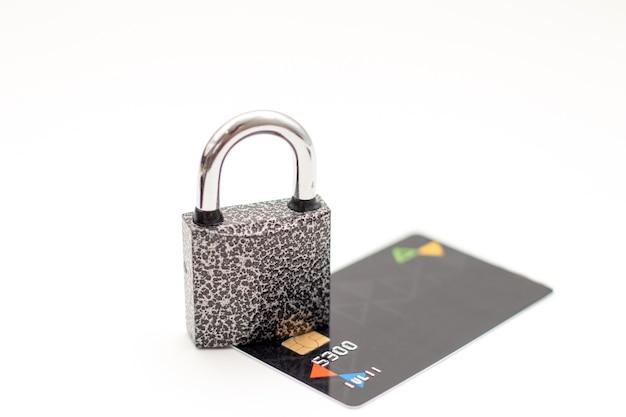 Carta di credito con lucchetto dati sicuri e concetto di pagamento protetto