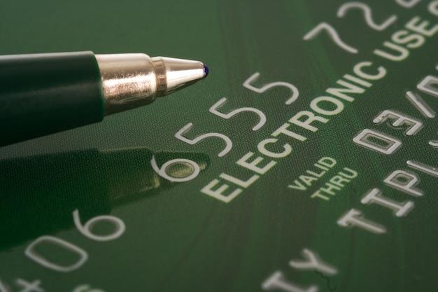 Carta di credito con sfondo finanziario penna