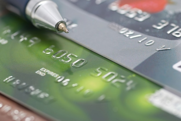 Carte di credito con sfondo finanziario di concetto di penna