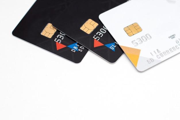 Primo piano della carta di debito e di credito con il fuoco selettivo isolato