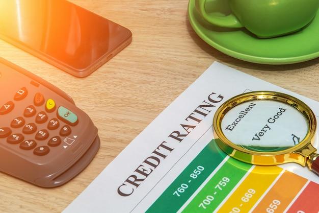 Modulo di valutazione del credito sulla scrivania in ufficio con lente di ingrandimento