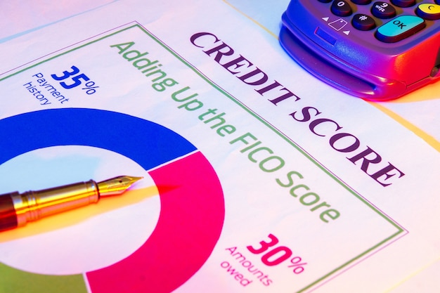Modulo per il punteggio di credito con penna e terminale di pagamento. idea imprenditoriale di successo del prestito