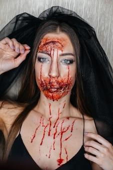 Ragazze truccate sanguinose inquietanti ad halloween. trucco artificiale e occasione.