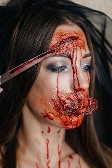Ragazze truccatrici sanguinanti raccapriccianti ad halloween. trucco artificiale e occasione.