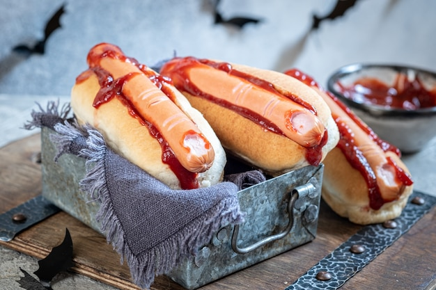 I raccapriccianti hot dog di halloween sembrano dita insanguinate