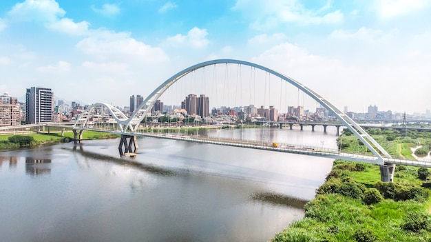 Crescent bridge - punto di riferimento di new taipei, taiwan con bella illuminazione di giorno, fotografia aerea a new taipei, taiwan.