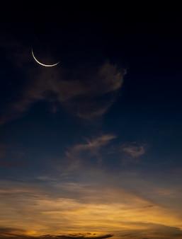 Luna crescente sul cielo crepuscolare blu scuro dopo il tramonto