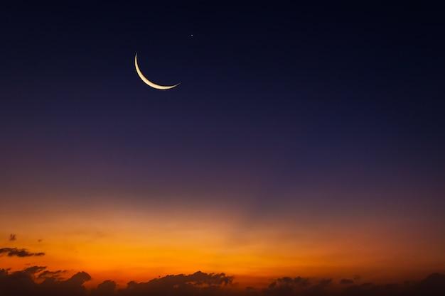 Luna crescente sul cielo al crepuscolo