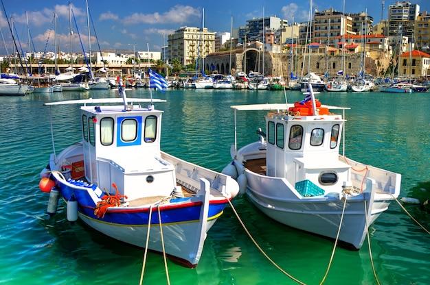 Creta - la più grande isola della grecia. città di heraklion. marina con barche da pesca tradizionali