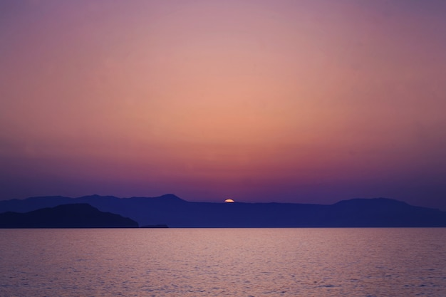 Tramonto di creta. mare, sole e ske. impressioni della grecia
