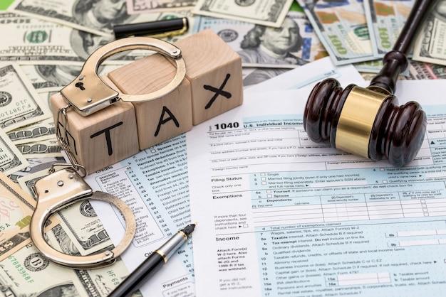 Pena penale per tasse non pagate, 1040 con le manette
