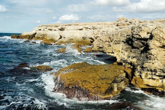 La costa rocciosa deserta della crimea bagnata dalle acque del mar nero. stock naturali di agnello.