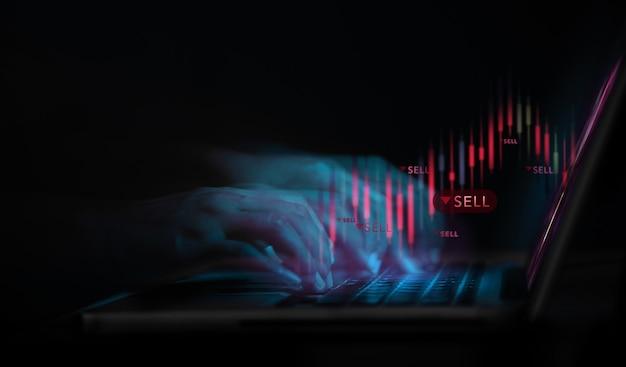 Crisi sul concetto di investimento azionario del mercato azionario investitore che utilizza il computer portatile per vendere