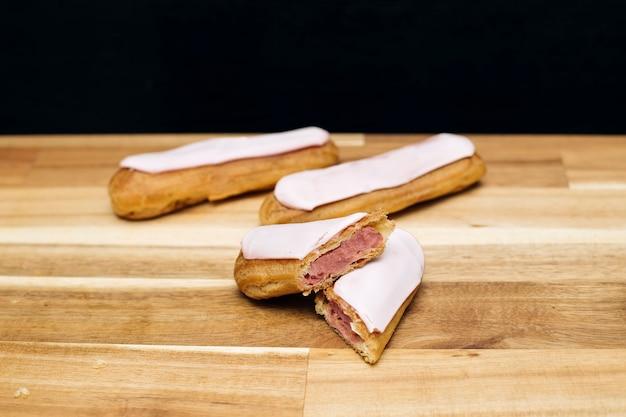 Torta cremosa croccante con cioccolato bianco è placcata su una superficie di legno