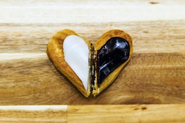 Torta cremosa croccante con cioccolato bianco e fondente è placcata su una superficie di legno wooden
