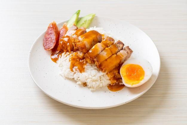 Pancetta croccante su riso con salsa rossa barbecue