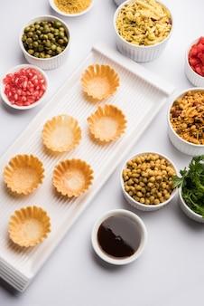 Croccante canape o canapãâ© è una ricetta iniziale dall'india - puri di forma rotonda o quadrata ripiena di yogurt e patate, chat, sev, salsa di tamarindo ecc. messa a fuoco selettiva