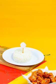 Contorno di pollo croccante riso bianco con sfondo colorato
