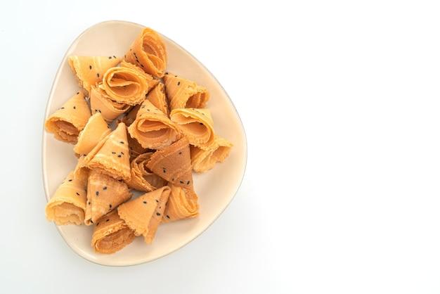 Rotolo di cocco croccante (spuntino asiatico) isolato su bianco