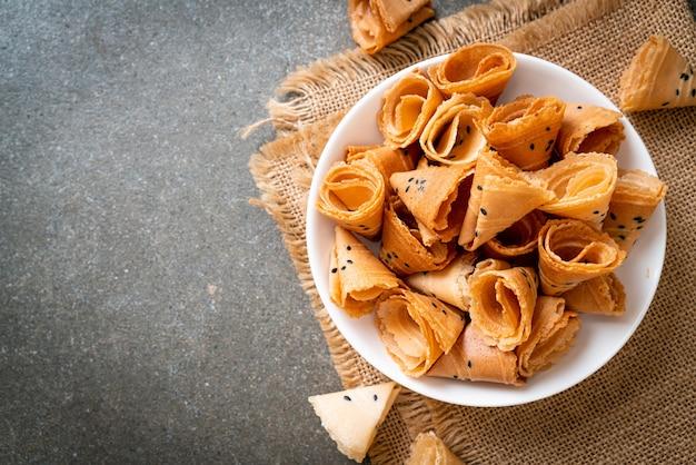 Rotolo di cocco croccante (spuntino asiatico) sul tavolo