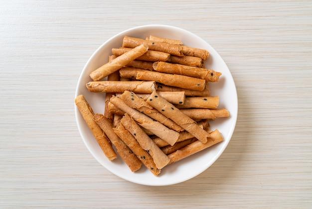 Rotolo di cocco croccante - un tipo di wafer arrotolato, un dolce tradizionale in thailandia