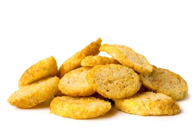 Cracker croccanti su bianco, primo piano. isolato.