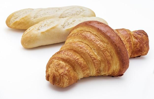 Croissant croccanti al burro fresco e pagnotte di pane. isolato su sfondo bianco.