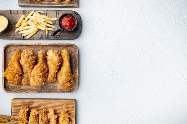 Parti croccanti di pollo fritto su bianco