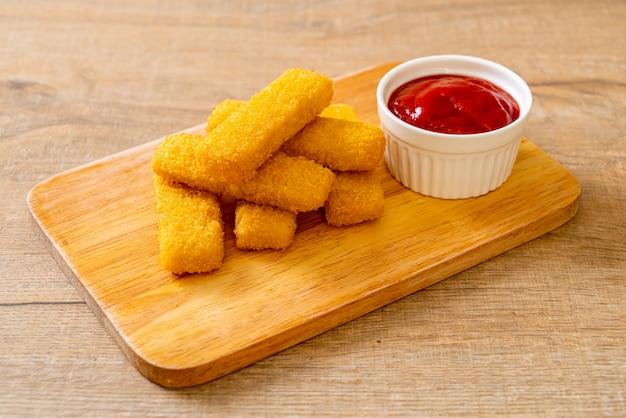 Bastoncini di pesce fritti croccanti con ketchup