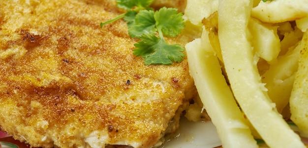 Frittura di pesce croccante, filetti di pesce bianco, merluzzo norvegese o dell'alaska