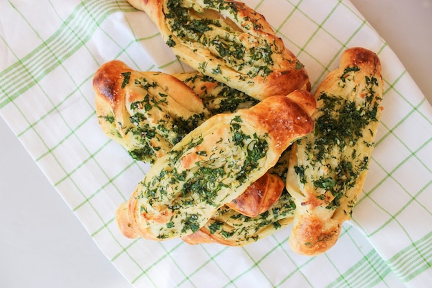 Pane croccante all'aglio con erbe aromatiche