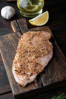 Ingrediente crudo di pollo all'aglio croccante, sulla tavola di legno