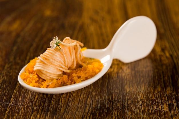 Gambero croccante con piranha pirão e farofa di palma in un cucchiaio