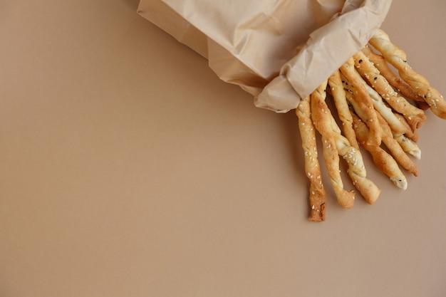 Snack croccante in sacchetto di carta grissini salati al sesamo per un boccone veloce