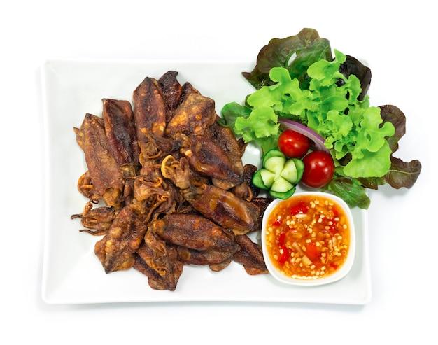 Calamari croccanti fritto in profondità servito salsa piccante stile tailandese antipasto spuntino decora verdure intagliate topview