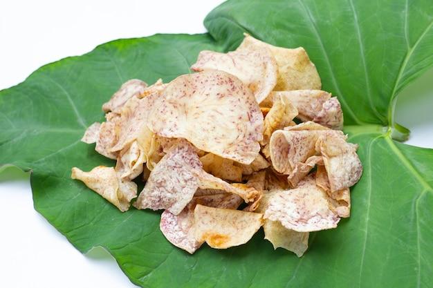 Chips di taro croccanti su foglia di taro
