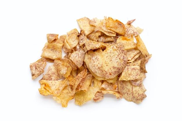 Chips di taro croccanti su sfondo bianco.