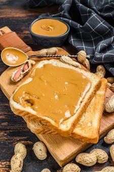 Pane tostato croccante con burro di arachidi a colazione