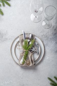 Posate da tavola in cristallo con decorazioni natalizie